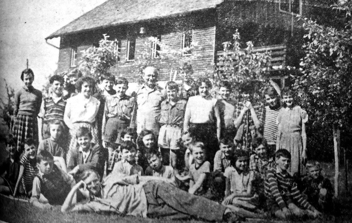 Sa svečanog primanja pionira u Planinarsku sekciju na Kamenitovcu 1956